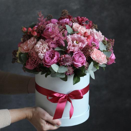 Цветочная композиция в шляпной коробке в ягодной гамме: букеты цветов на заказ Flowwow