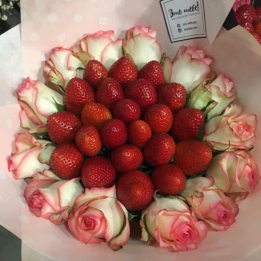 Букет клубники с каймой из роз Розовый: букеты цветов на заказ Flowwow