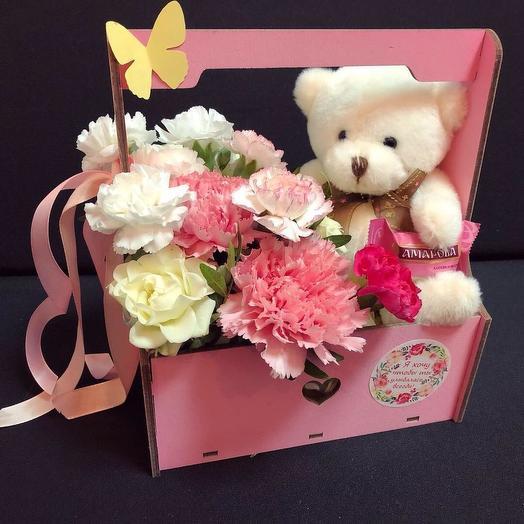 Ящик с цветами и мишкой
