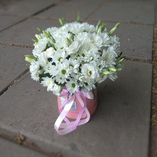 Коробка с эустомами и хризантемами