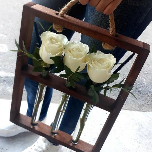 Розы в оригинальной деревянно стойке