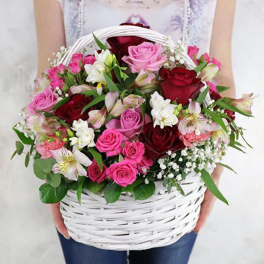 Композиция из роз, альстромерий и фрезий в плетеной корзине