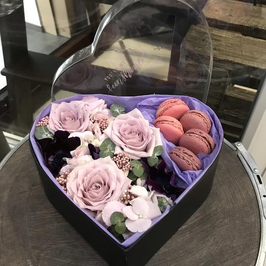 Коробка сердце с цветами и макарунами: букеты цветов на заказ Flowwow