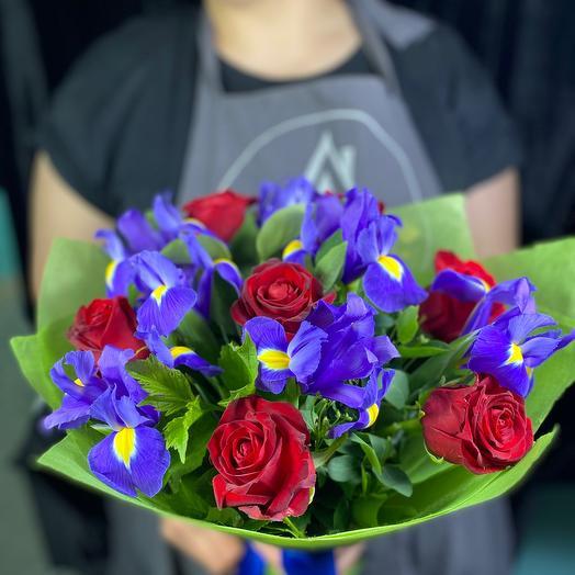 Яркий букет из ирисов и роз