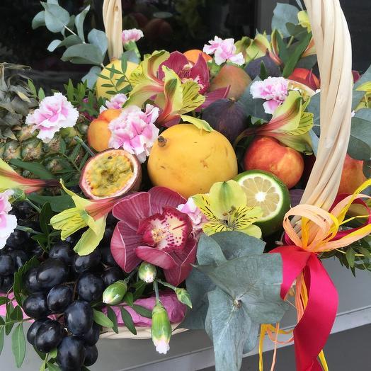 Корзина с экзотическими фруктами и цветами