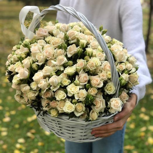 Объемная корзина из кустовых белых роз