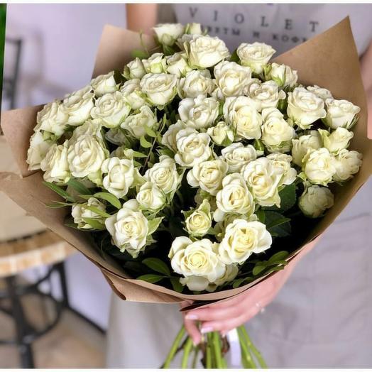 Букет из белых кустовых роз в крафте 0054