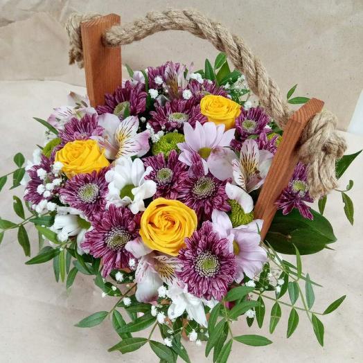 Ящик с розами, кустовой хризантемой и альстромерией