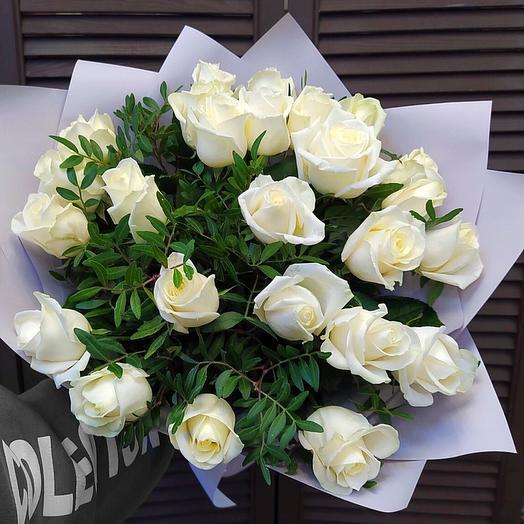 25 белых роз с зеленью в оформлении