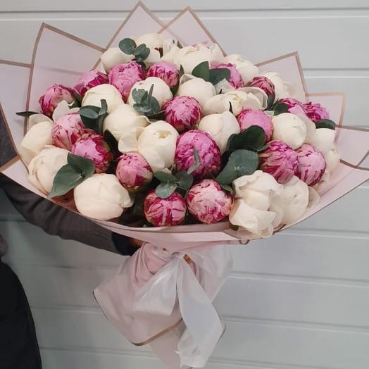 Букет из 39 бело-розовых пионов