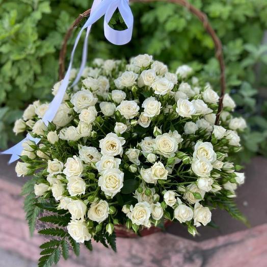Корзина с цветами 75 кустовых роз