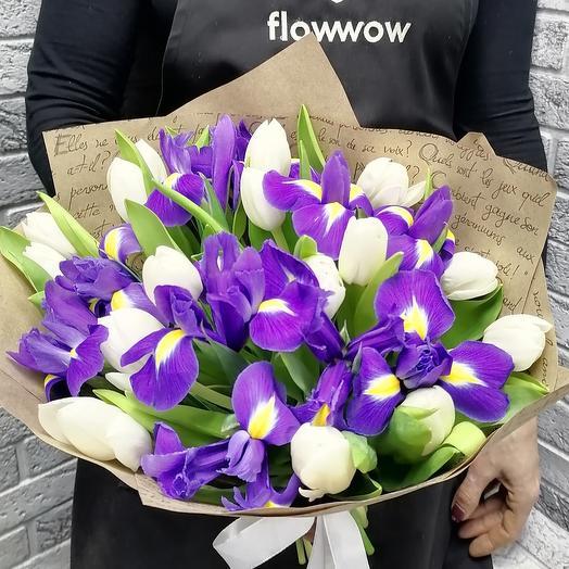 Весенний букет из белых тюльпанов и ирисов