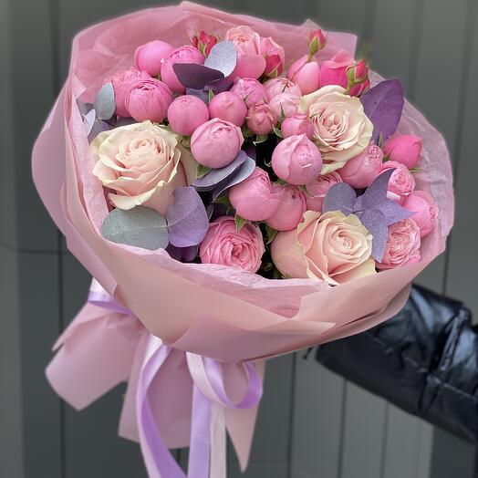 Букет Нимфа с кустовыми пионовидными и одноголовыми розами