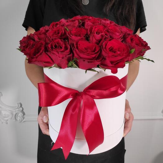 51 красная роза в шляпной коробке (коробка конфет в подарок, условие в описании)