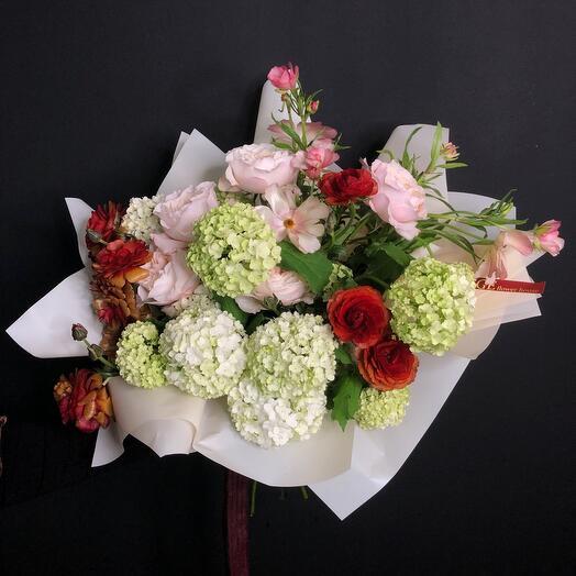 Букет из роз Джульетта, вибурнума и кустовых ранункулюсов