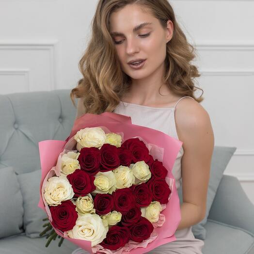 Букет из 25 красных и белых роз Эквадор 60см