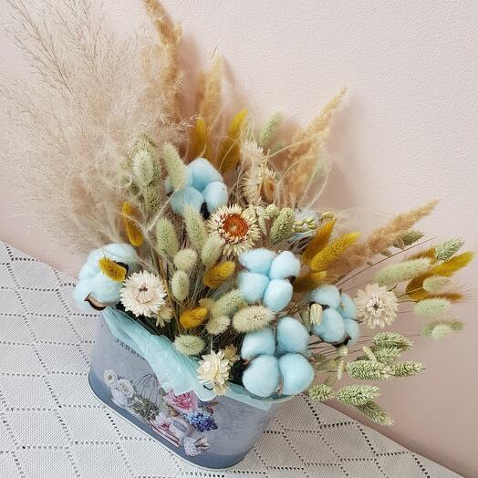 Сухоцветы в цветочном кашпо