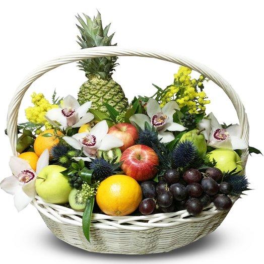 Корзина с фруктами: букеты цветов на заказ Flowwow