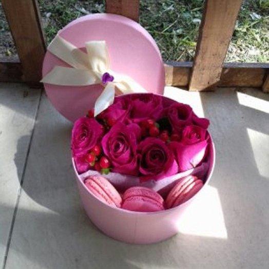Цветочная коробка с макарунами: букеты цветов на заказ Flowwow