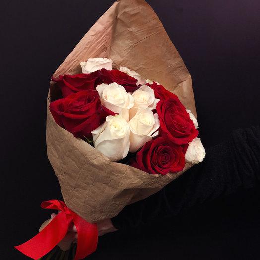 Микс из 15 белых и красных Эквадорских роз: букеты цветов на заказ Flowwow