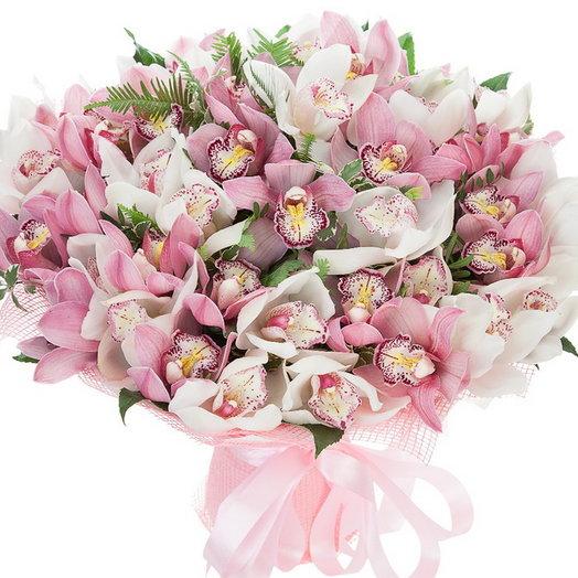 Нежная орхидея 31шт с лесной зеленью: букеты цветов на заказ Flowwow