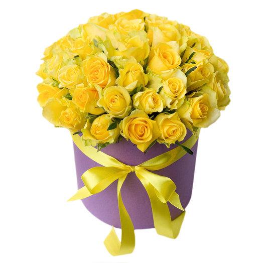 Желтые розы в фиолетовой шляпной коробке