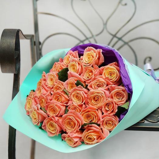 Букет из 31 коралловой розы в дизайнерской упаковке