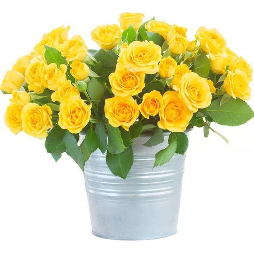 Букет из желтых кустовых роз в ведре: букеты цветов на заказ Flowwow