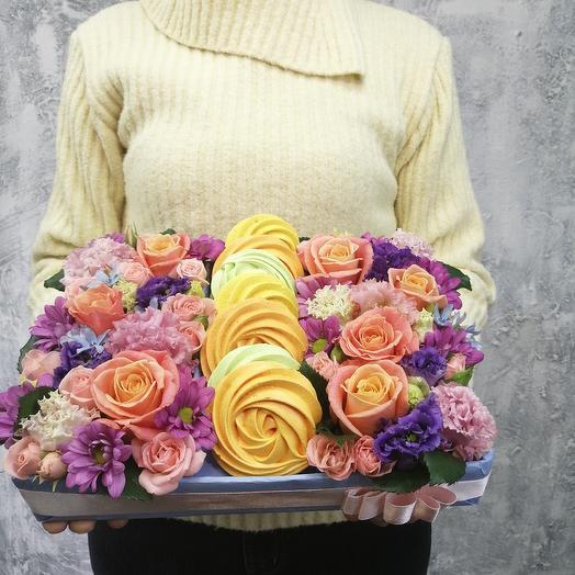 Яркая подарочная коробка с цветами и безе ручной работы: букеты цветов на заказ Flowwow