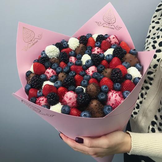 Букет из клубники, ягод и шоколада «Комбо» размер L в розовой бумаге: букеты цветов на заказ Flowwow