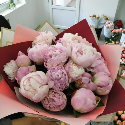 Пионы в двойной крафтовой упаковке 21 шт: букеты цветов на заказ Flowwow