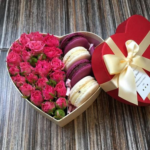 "розы в коробке ""Роза и макарон"""