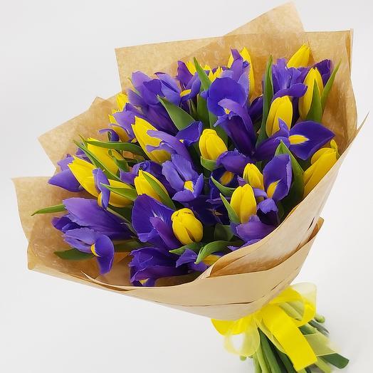 Ирисы с тюльпанами в крафте