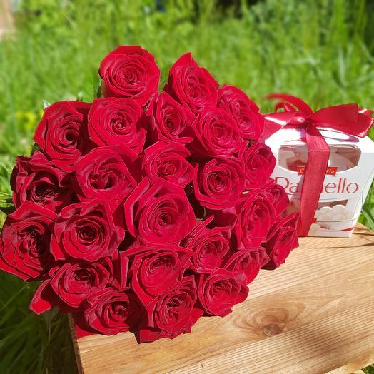 Монобукет из 25 красных роз и раффаэлло