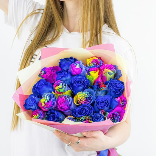 25 синие и радужные розы микс