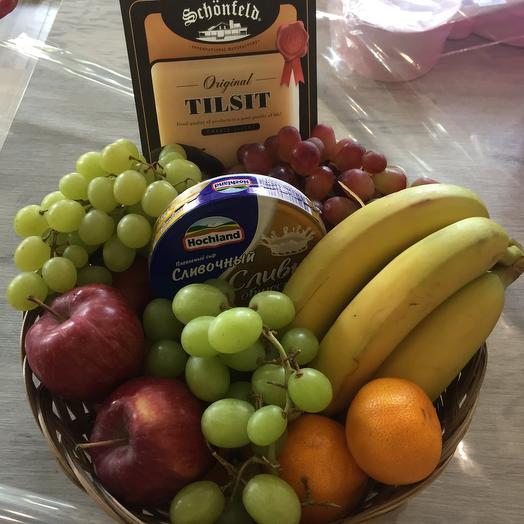 Корзина фруктов и сыр