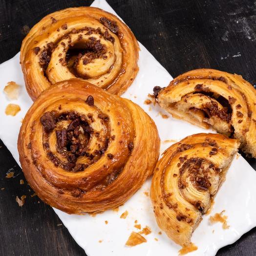 Улитка с карамелью, корицей и орехом пекан