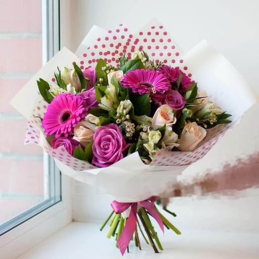 Небольшой букет из роз, гербер и альстромерий