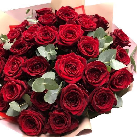 Букет алых роз с эвкалиптом