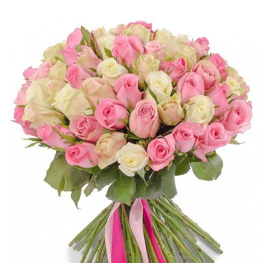 75 белых и розовых роз (40 см)