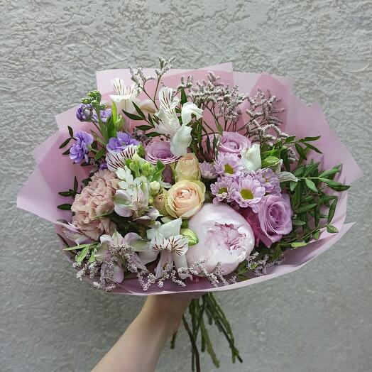 Пудровый десерт с пионом и цветами