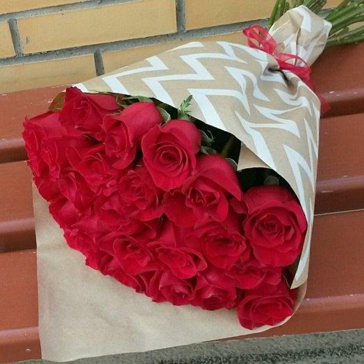 25 красных роз 60 см в крафт бумаге: букеты цветов на заказ Flowwow