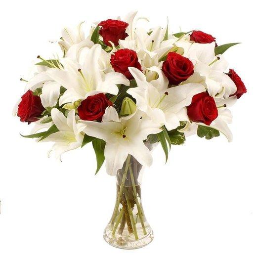 Букет Рафаэлло из белоснежных лилий и красных роз Код 160197