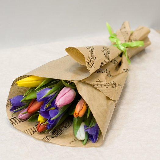 Букет из тюльпанов и ирисов Весенний: букеты цветов на заказ Flowwow