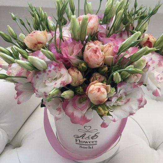 Коробка с кустовой розой и эустомой: букеты цветов на заказ Flowwow