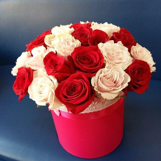 Два оттенка роз в шляпной коробке оформленной в стиле прованс