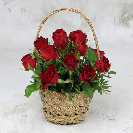 15 красных роз 40 см с листьями фисташки в корзине