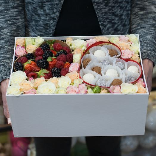 """Коробка с цветами, ягодами и коефетами """"Формула любви"""""""