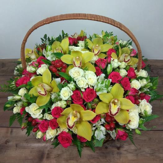 Корзина праздничная: букеты цветов на заказ Flowwow