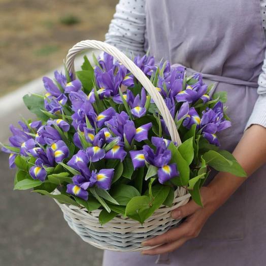 Ирисы в корзине: букеты цветов на заказ Flowwow